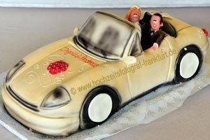 Hochzeitstorte (Nr. 18) von Conditorei Eube in Frankfurt: Marzipan-Hochzeitstorte, das Brautpaar sitzt in einem gelben Porsche.