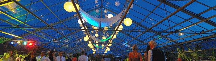 Hochzeitsfeier im Gewächshaus der Gärtnerei Decher in Karben zur blauen Stunde.