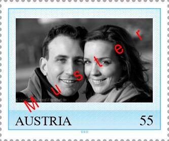Muster einer blauen österreichischen Briefmarke zu 55 ct mit eigenem Foto des Brautpaares.