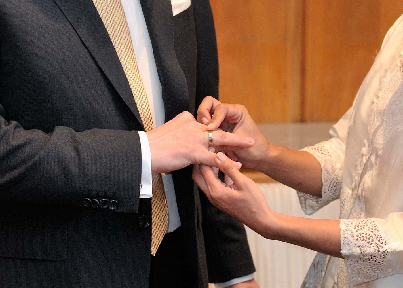 Wesentliches: Braut und Bräutigam stecken sich die Ringe an Trausaal Römer in Frankfurt am Main.