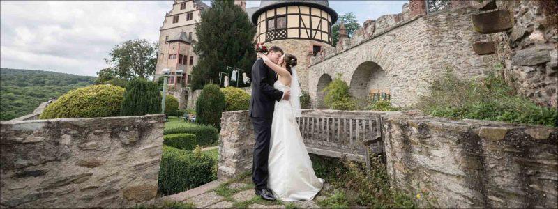 Panoramafoto mit küssendem Brautpaar: gestaltete Doppelseite im aufgeklappten Format von 80x30 cm.
