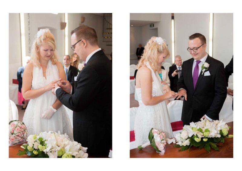 Das Brautpaar steckt sich die Trauringe an.