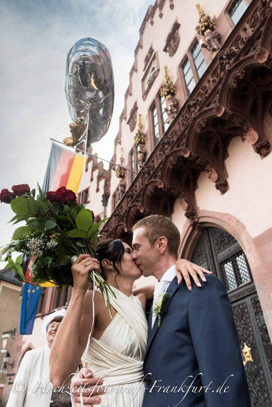 Standesamt Römer in Frankfurt am Main: Paarfoto des Hochzeitspaar vor dem Römer.