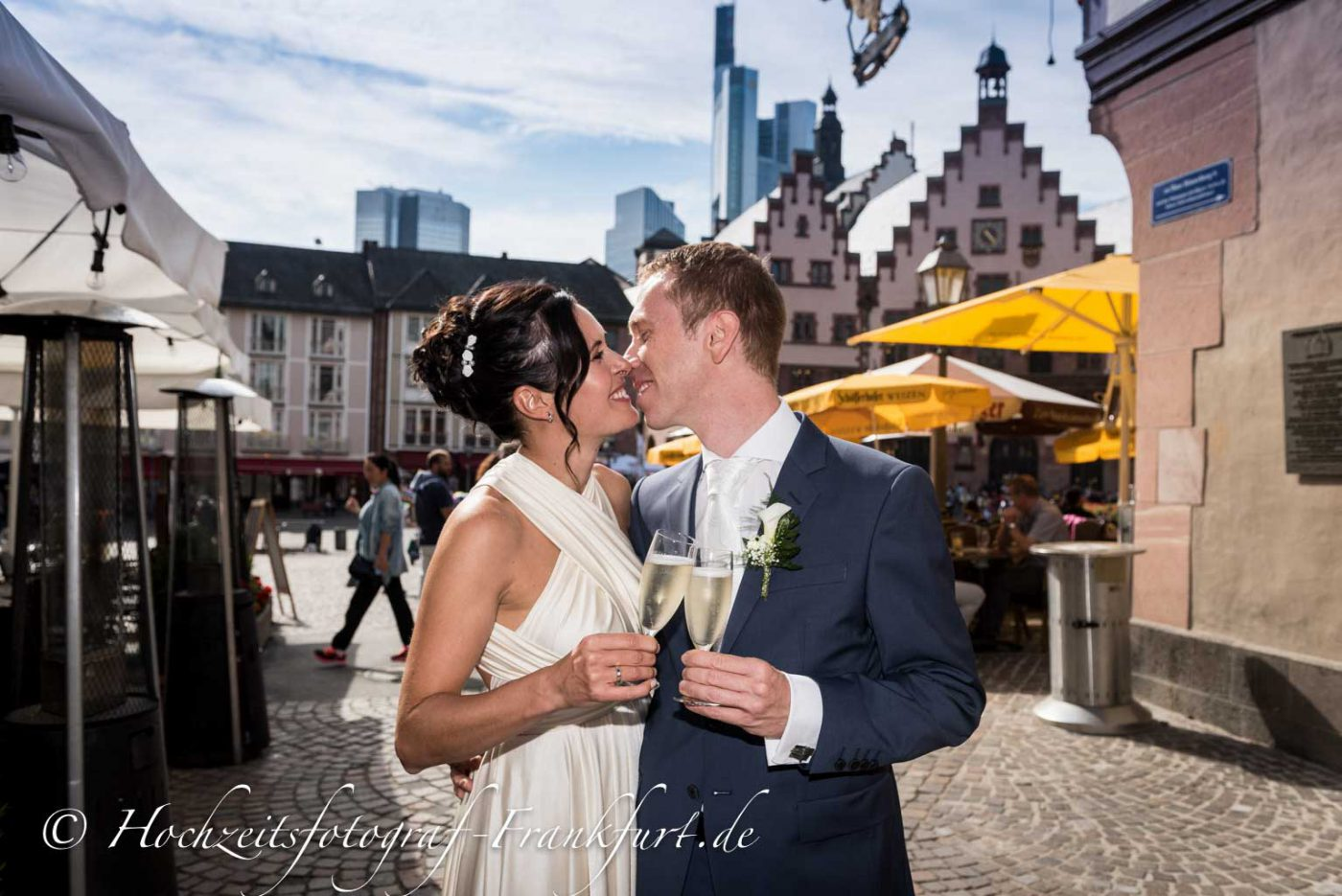 Standesamt Frankfurt am Main: Paarfoto des Hochzeitspaar mit dem Römer im Hintergrund I.