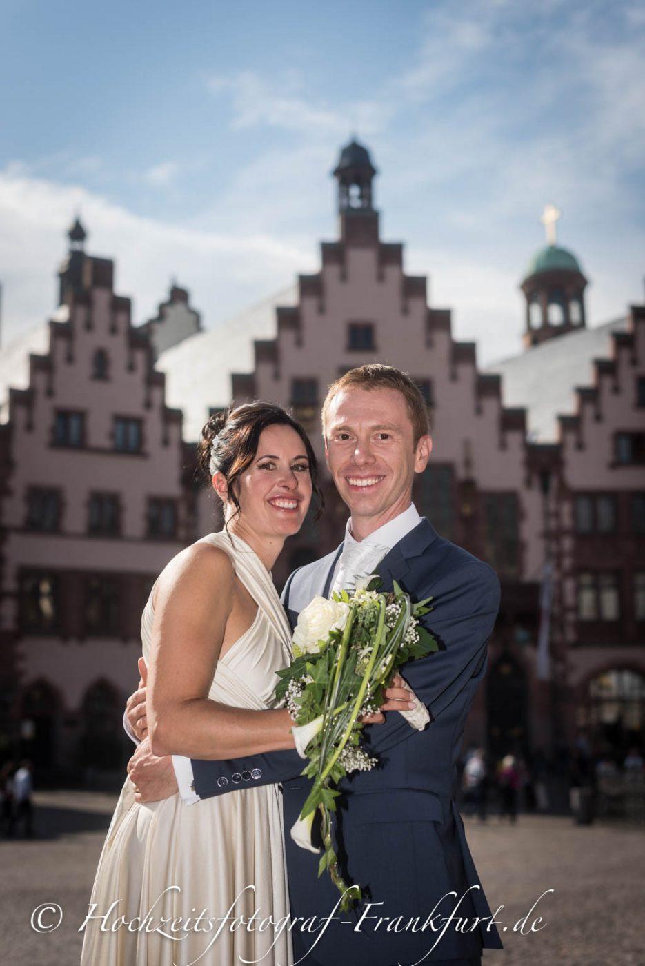 Standesamt Frankfurt am Main: Paarfoto des Hochzeitspaar mit dem Römer im Hintergrund.