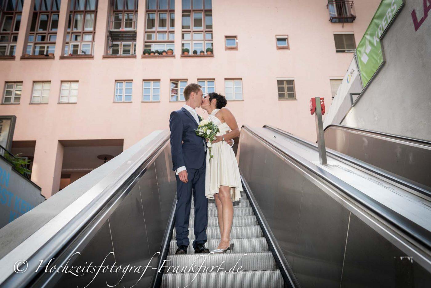Standesamt Frankfurt am Main: Foto des Hochzeitspaares auf der Rolltreppe.