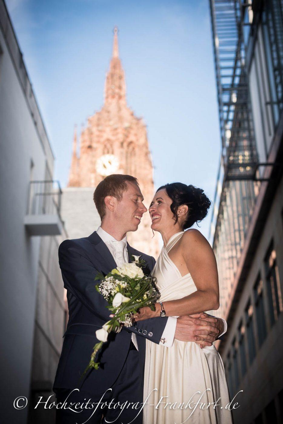 Standesamt Frankfurt am Main: Foto des Hochzeitspaares mit dem Frankfurter Dom im Hintergrund I.