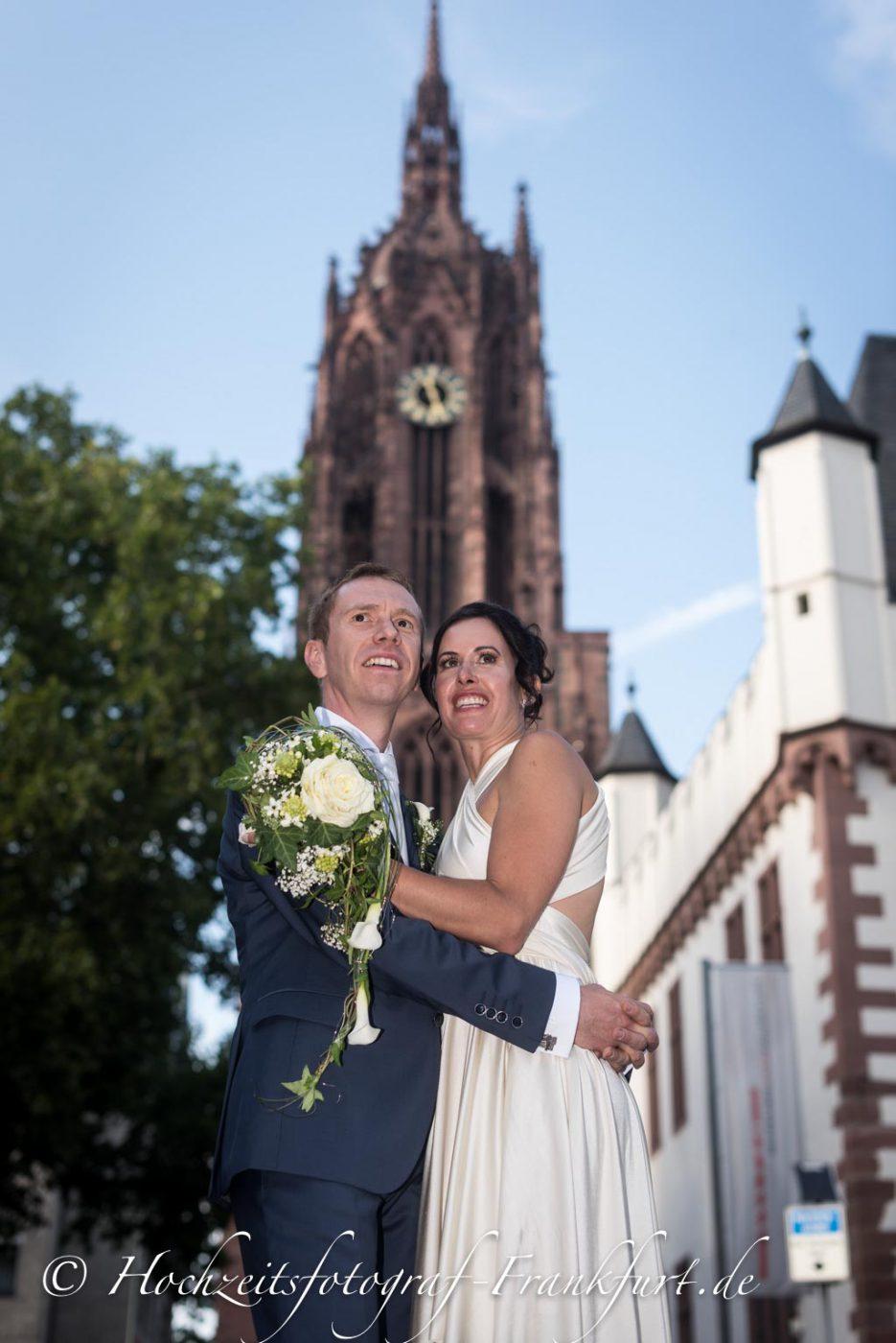 Standesamt Frankfurt am Main: Foto des Hochzeitspaares mit dem Frankfurter Dom im Hintergrund II.
