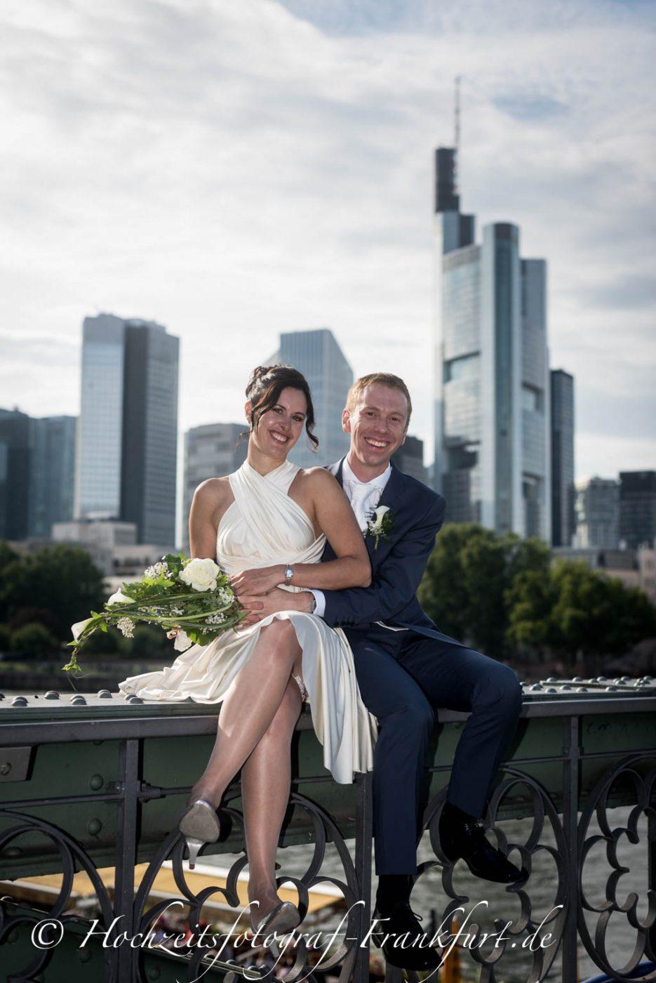 Standesamt Frankfurt am Main: Foto des Hochzeitspaares mit der Frankfurter Skyline im Hintergrund.