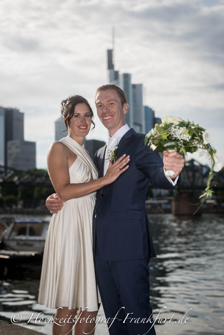Standesamt Frankfurt am Main: Foto des Hochzeitspaares mit der Frankfurter Skyline im Hintergrund II.