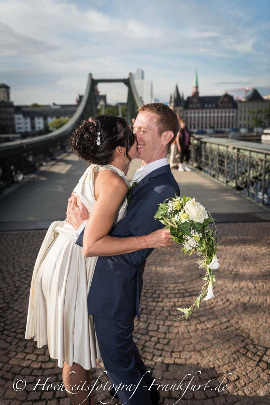 Standesamt Frankfurt am Main: Foto des Hochzeitspaares auf dem Eisernen Steg I.