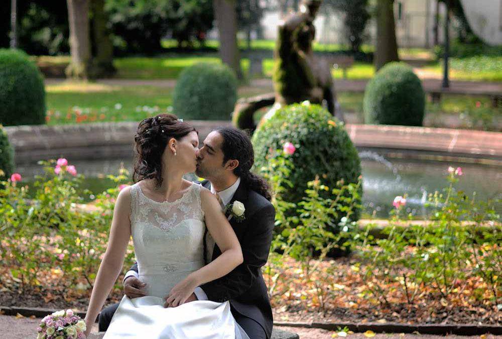 Hochformatige Hochzeitspaarfotos außen