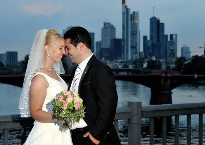 Hochzeitspaar vor Frankfurter Skyline