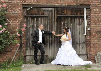Hochzeitspaar vor Scheunentor