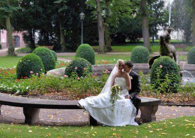 Hochzeitspaar im Garten des Bolongaropalastes in Frankfurt-Höchst